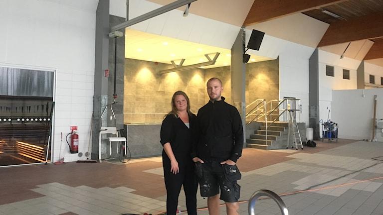 Projektkordinator Helene Lundevall och byggledare Linus Petersson framför den nya varmvattenbassängen.