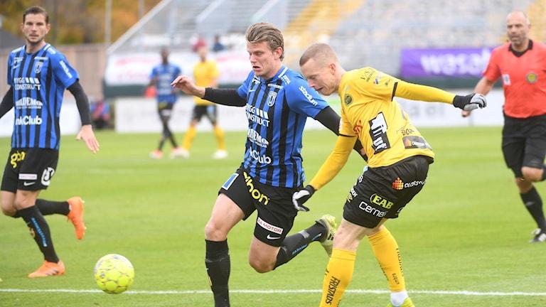 Sirius Tim Björkström i kamp med Elfsborgs Daniel Gustafsson