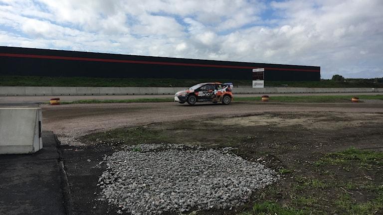 Rallycrossbil i full fart på Tierp Arena