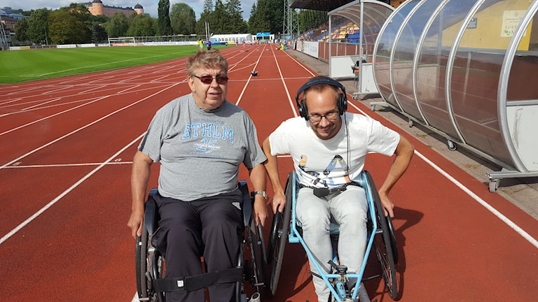 Två rullstolar på en löparbana i Uppsala.