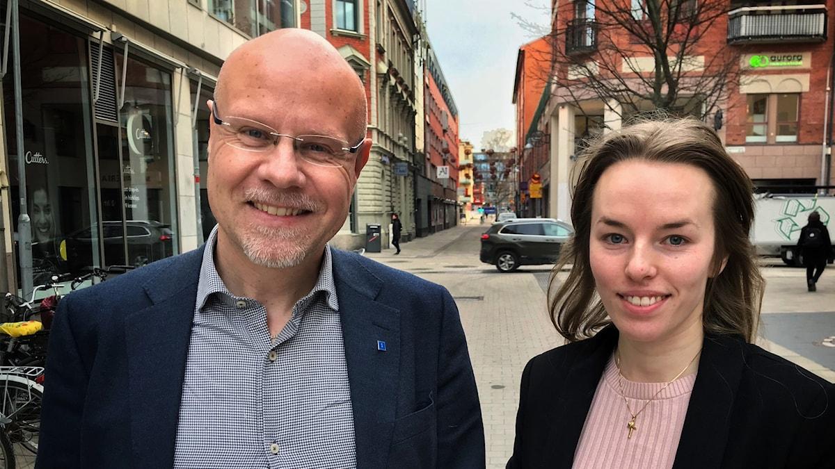 Jonas Segersam och Linnea Bjuhr står tillsammans på en gata i centrala Uppsala.