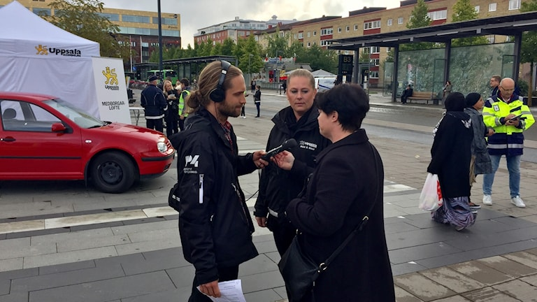 Reporter Niklas Clarkson intervjuar kommunalråd Marlene Burwick (S) och Hilde Wiberg, samordnare för socialtjänst, skola och polis.