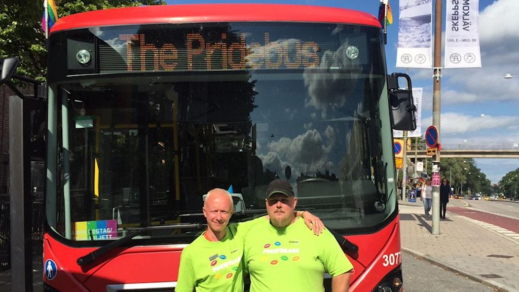 Fredrik Lundebring och Gustaf Marling framför Pridebussen.