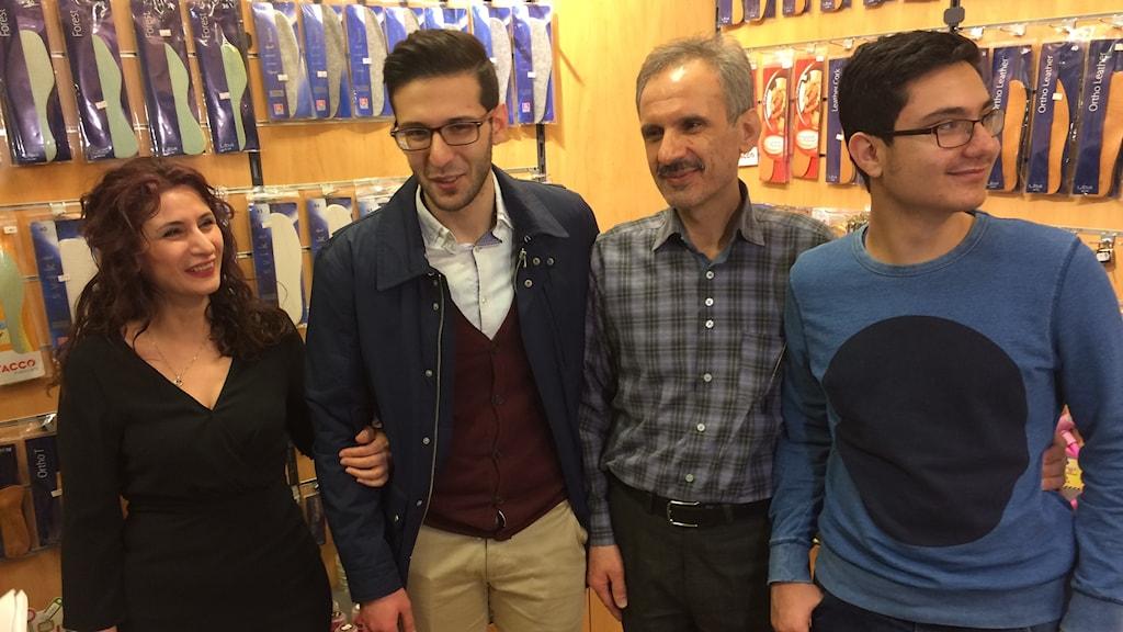 Familjen Ahmadi i urmakeriet där pappa Mehdi nu får fortsätta arbeta. Foto: Mattias Pleijel