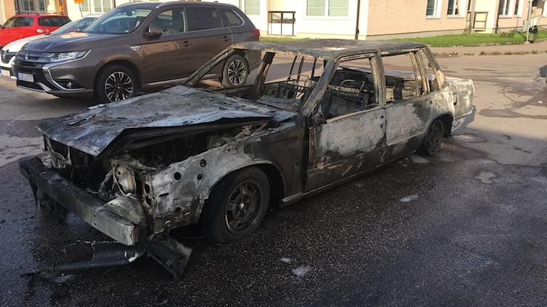 En av de brända bilarna som har dragits ut ur parkeringsgaraget i Gränby där det brann.