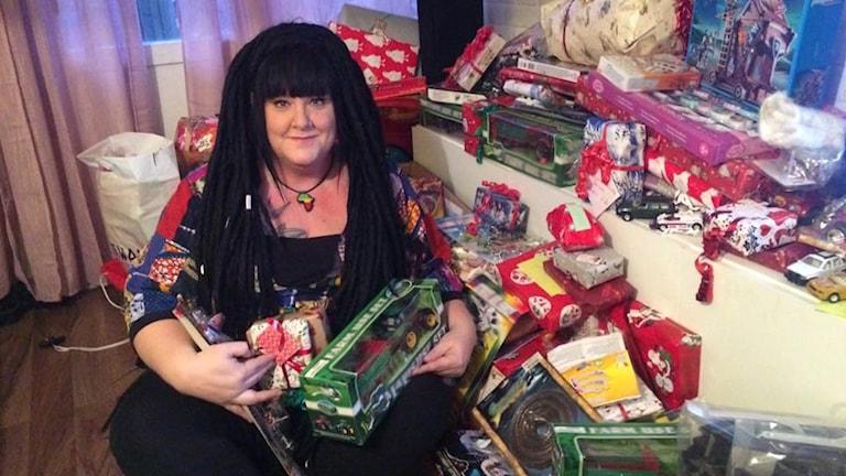 Malin Jallow Murphy delar ut julklappar till föräldrar som inte har råd att köpa klappar till sina barn.