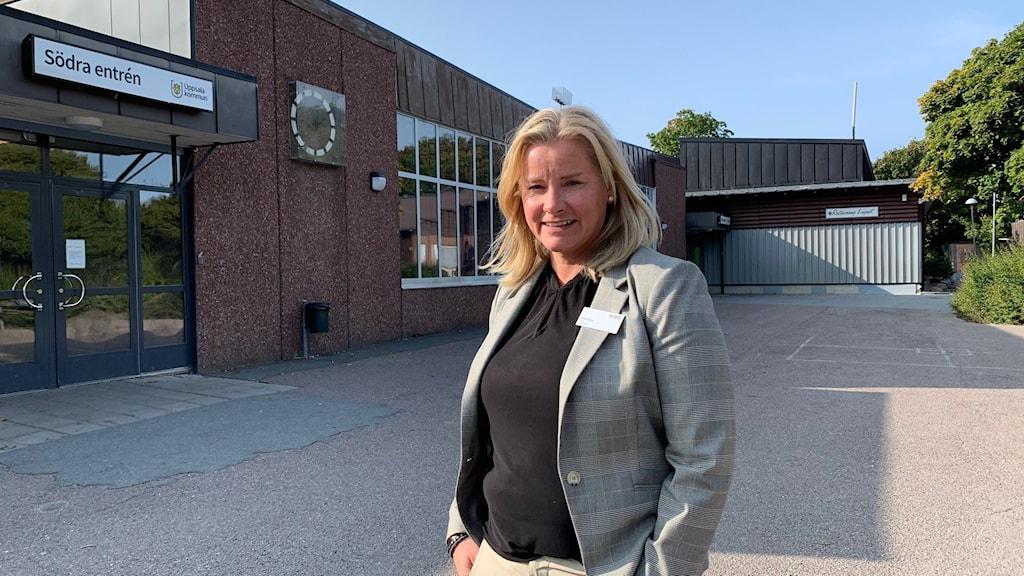 Rektor Cilla Peiro står utanför Gränbyskolan.