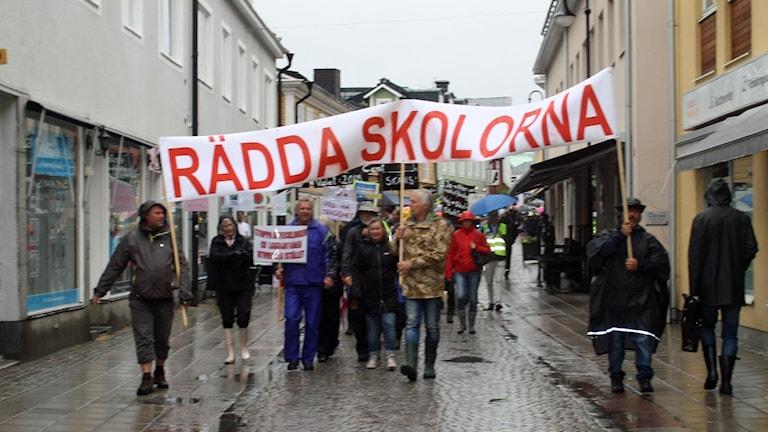 En av de tidigare demonstrationerna mot nedläggningsplanerna.