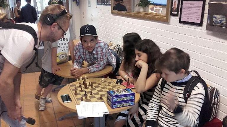 Mattias mot Elina Kazemi i schack. Foto: Privat