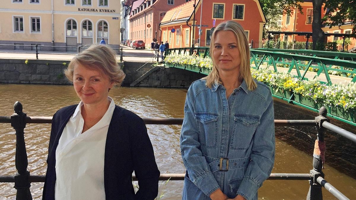 Två blonda kvinnor, Alisa Bosnic och Emma Frans, står framför fyrisån.