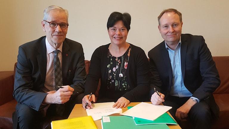 Regionråd Börje Wennberg (S), Kommunalråd i Uppsala Marlene Burwick (S) och regeringens samordnare Johan Edstav (MP) skrev på avtalet idag i Rosenbad.