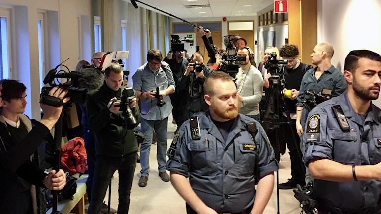 Poliser och journalister i tingsrätten.