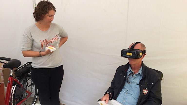 Sonny Nilsson med VR-glasögon tillsammans med projektledare Teresa Uggla Kerrou.
