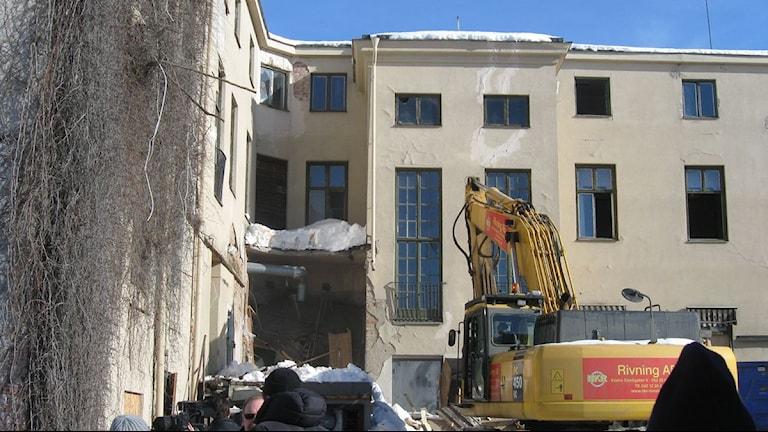 Stadshotellet i Enköping rivs 2010 av grävmaskin.
