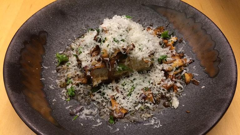 Svampmacka med färskost, parmesan och tryffelvinägrett.