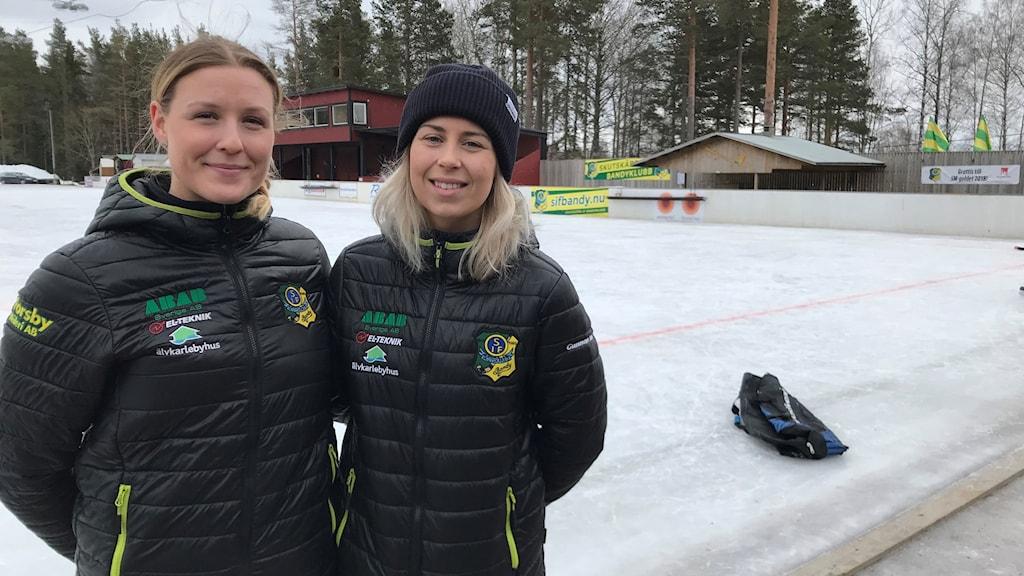 Sara Adolfsson och Malin Andersson i Skutskärs bandylag.