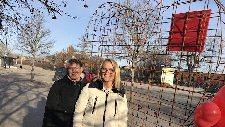 Linda Ärlig och Camilla Werme står vid det nya järnhjärtat i Tierp.