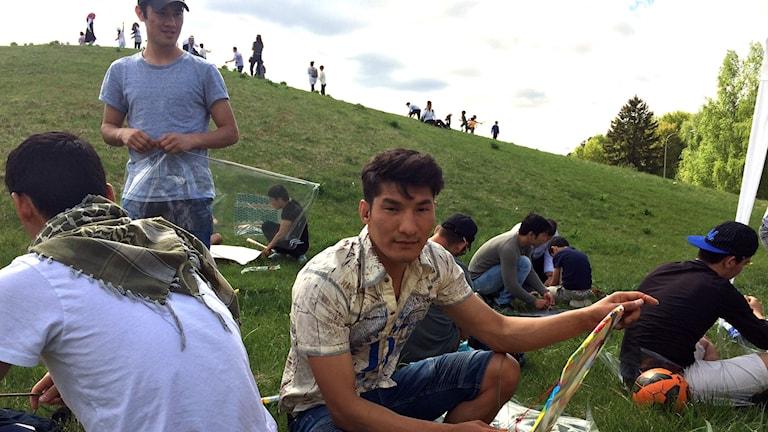 Hadi Amiri bygger en drake.
