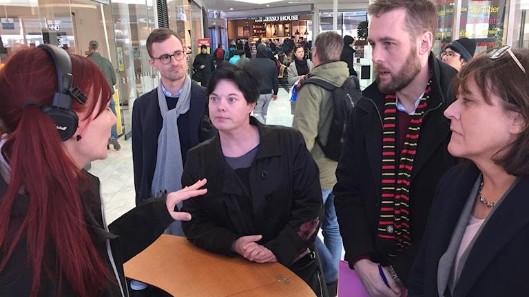 Programledare Petra Blomqvist ställer frågor till Uppsala kommun vid sändning från Resecentrum.