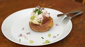 Bakad potatis med laxröra och pepparrot