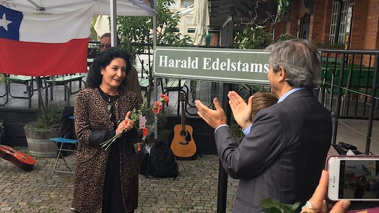 Vänsterpartiets Jeanette Escanilla och Chiles ambassadör Jose Goñi.