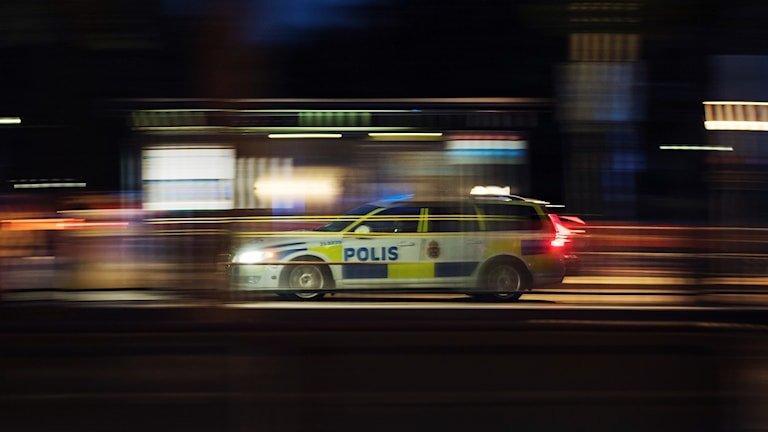 Polisbil under utryckning.