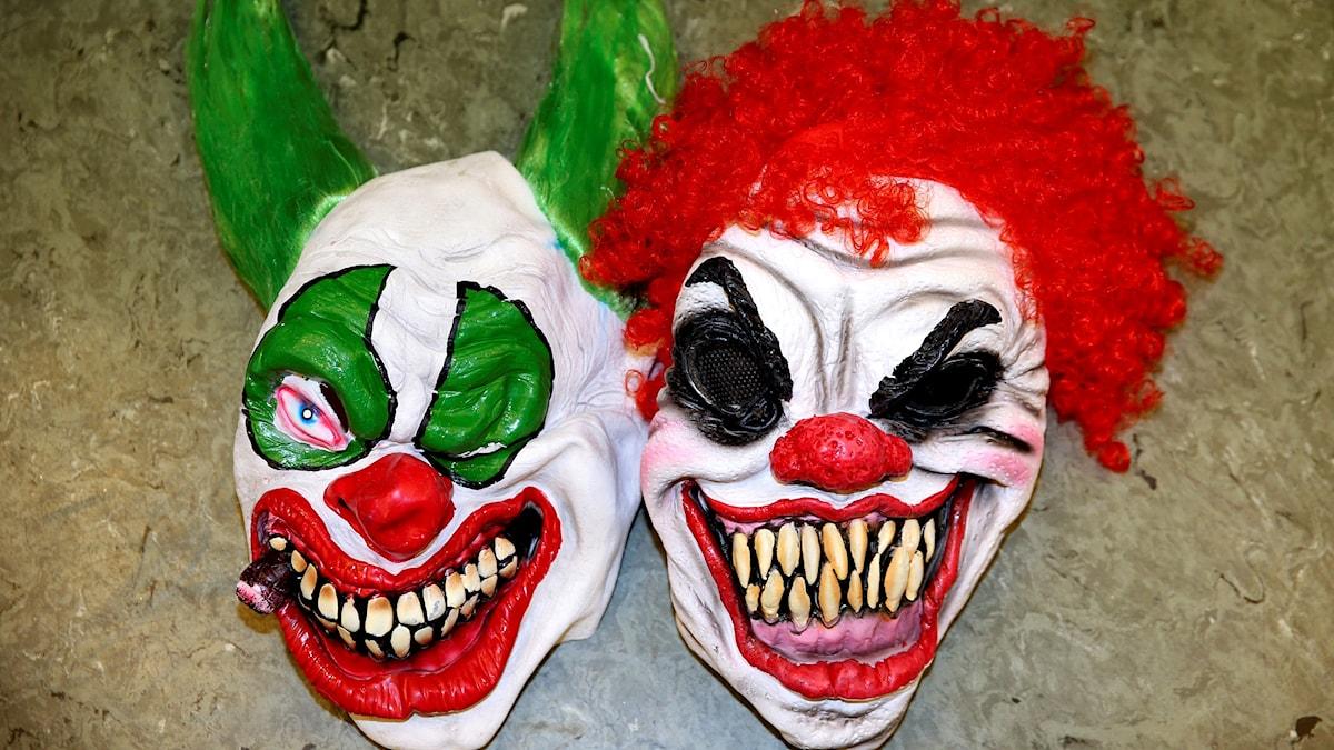 Två clownmasker.