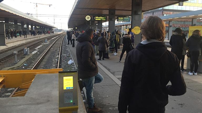 Resenärer i Uppsala väntar på försenade tåg.