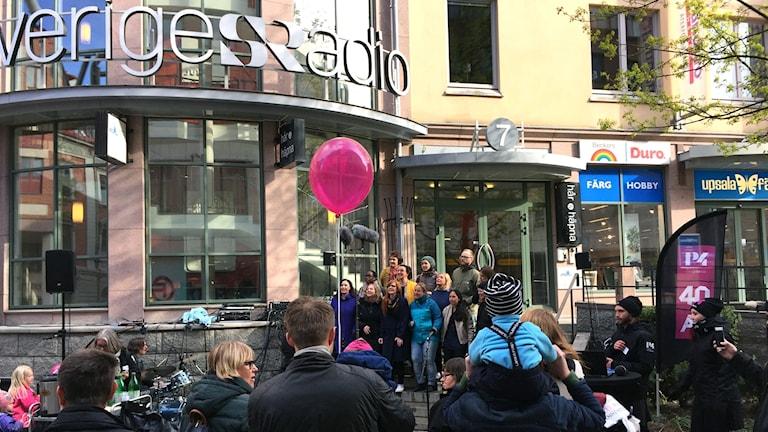 Publik utanför radiohuset i Uppsala.