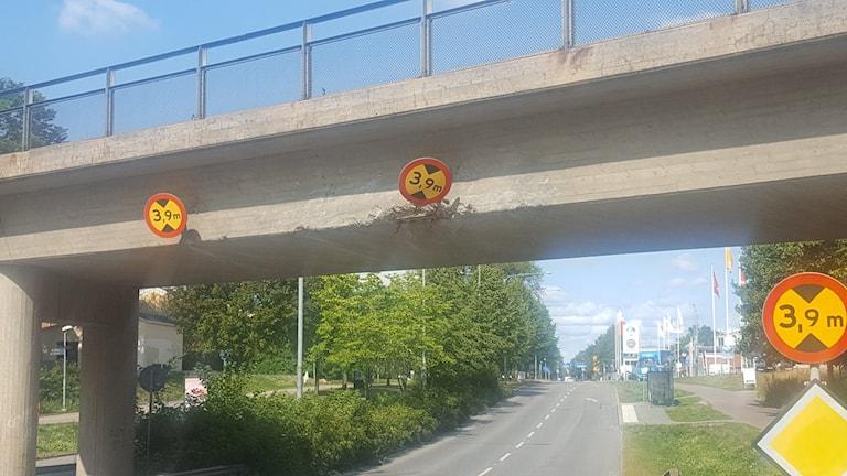 En lastbil körde in i bron vid över Svartbäcksgatan i Uppsala.