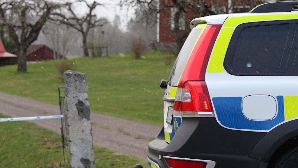 Polisbil vid brottsplats.