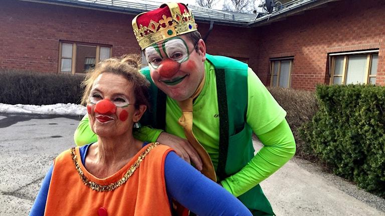 Skådespelarna Björn Dahlman och Suzanne Reuter som clownerna Grodmannen och Roostie.