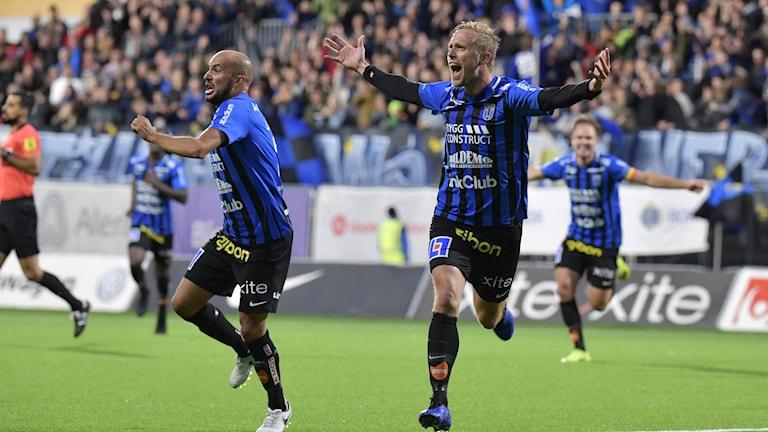 Siriusjubel efter att Christer Gustafsson (t.h.) gjort 1-0.