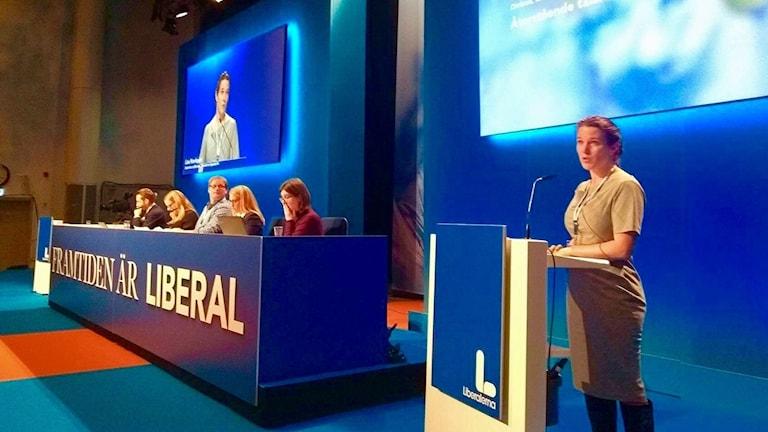 Lina Nordquist (L) i talarstolen på landsmöte