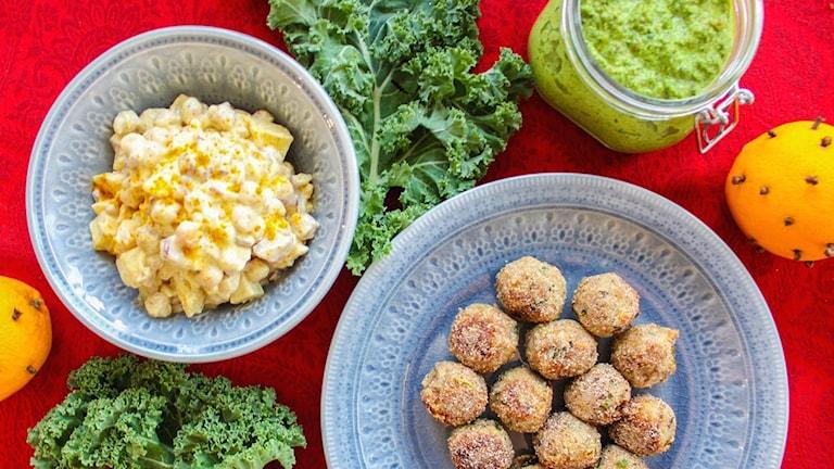 Nötbullar på hasselnötter, currydoftande kikärts- och äppelröra och krämig grönkålspesto.