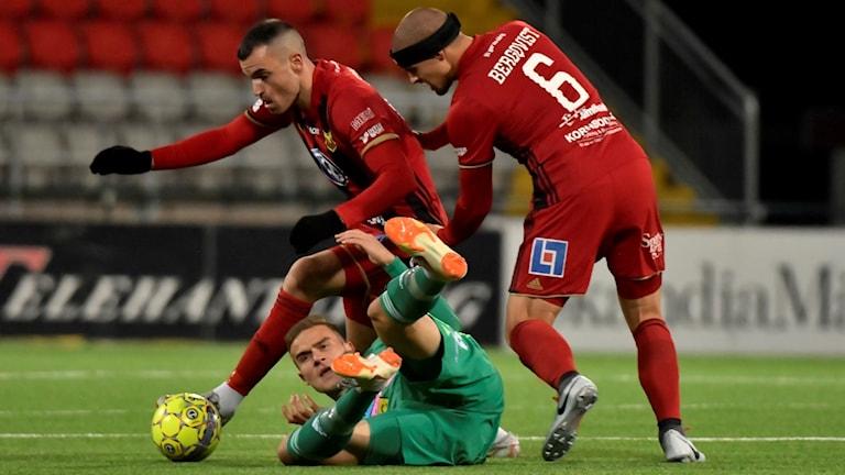 Östersunds Dino Islamovic och Douglas Bergqvist i kamp med Dalkurds Eero Markkanen