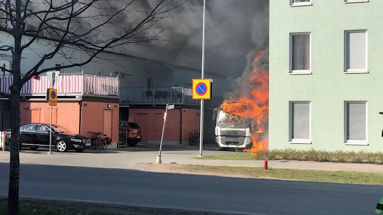 Sopbil brinner i Stenhagen.