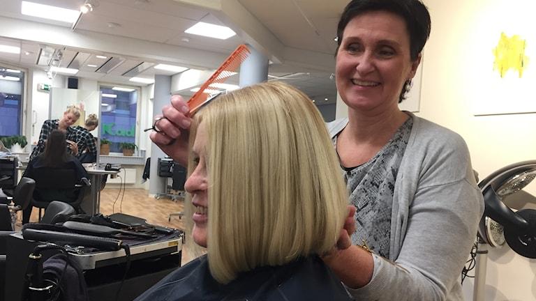 Frisören Carina Sörling kammar den pensionerade läraren Gerd Sandströms hår