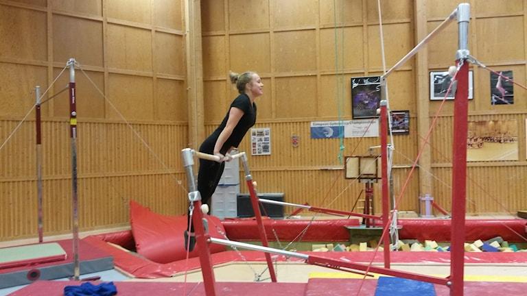 Gymnast på barr