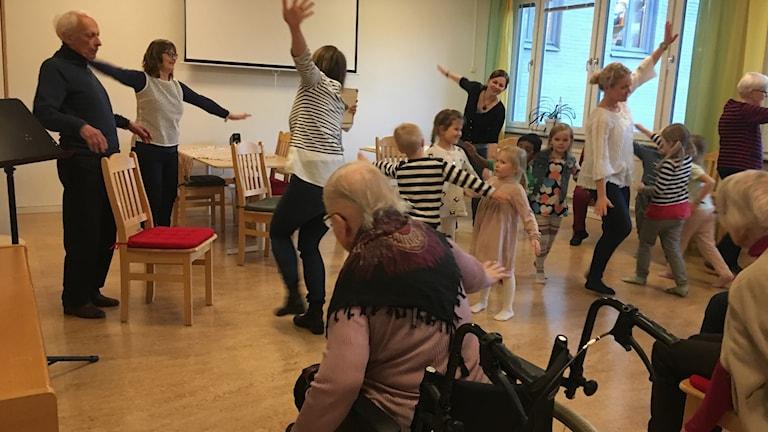 Barn och äldre leker tillsammans