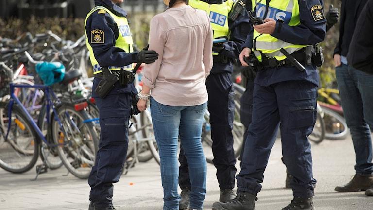 Poliser stoppar en kvinna i Uppsala