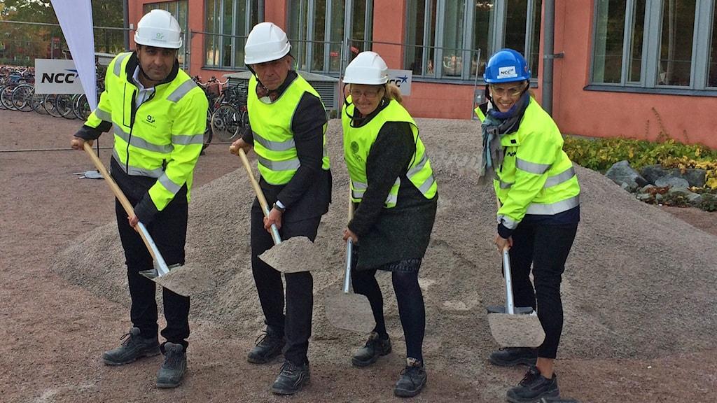 Första spadtaget taget av Hayar Gohari från Akademiska hus, Johan Tysk från Uppasala universitet, dess rektor Eva Åkesson och Charlotte Thell från NCC.