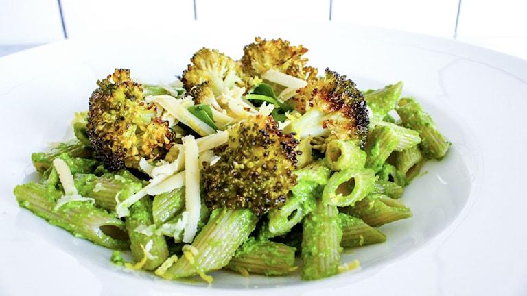 Pasta med spenatpesto och rostad broccoli