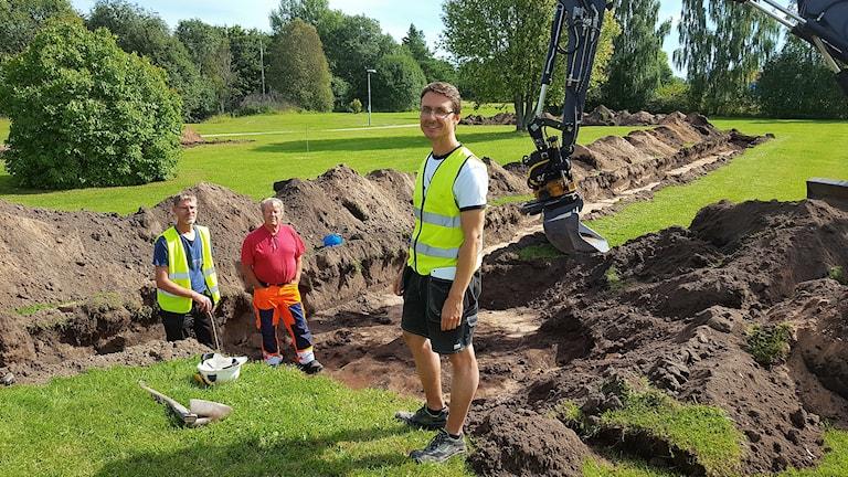 Arkeolog Peter Sillén visar grävplatsen.