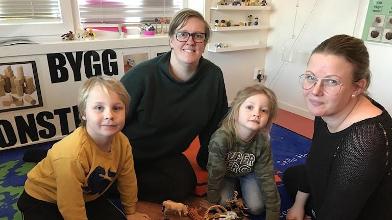 Två barn och två förskolelärare