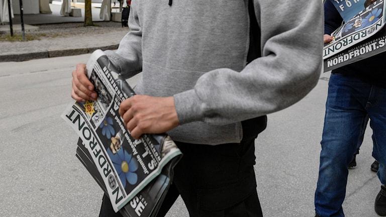 Män med tidningar.