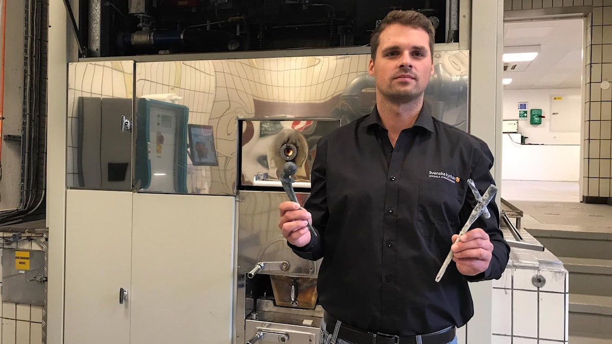 Aron Thomsson, krematoriemästare vid Berthåga krematorium i Uppsala, visar upp metaller de skickar till återvinning.