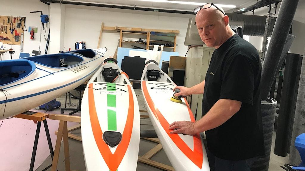 Patrik Ferdinandsson reparerar plast