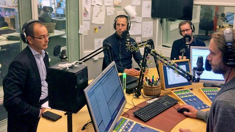 I studion från vänster: Stefan Hanna (C), Erik Pelling (S),  Jens Nilsson, ordförande i Hyresgästföreningen i Knivsta och Uppsala