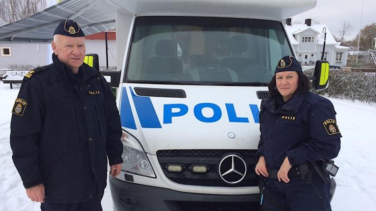 Agneta Degerstedt och Kjell-Åke Egeryd är de poliser som står på plats i Heby under deras medborgarsamtalsturné.